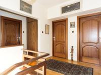 vstupy do ložnic - Pronájem domu v osobním vlastnictví 257 m², Praha 5 - Radlice
