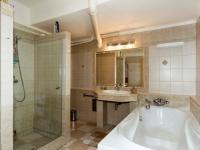 koupelna ve sníženém přízemí - Pronájem domu v osobním vlastnictví 257 m², Praha 5 - Radlice