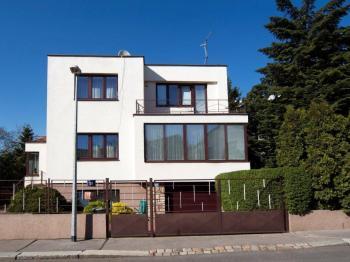 pohled na jižní stranu domu - Pronájem domu v osobním vlastnictví 257 m², Praha 5 - Radlice