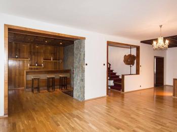 obývací pokoj s barem - Pronájem domu v osobním vlastnictví 257 m², Praha 5 - Radlice