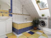 podkroví - koupelna - Prodej domu v osobním vlastnictví 270 m², Praha 9 - Vinoř