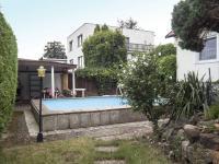 pohled na bazén a pergolu s krbem  - Prodej domu v osobním vlastnictví 270 m², Praha 9 - Vinoř