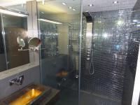 koupelna se sprch.koutem - Prodej bytu 3+kk v osobním vlastnictví 102 m², Praha 5 - Hlubočepy