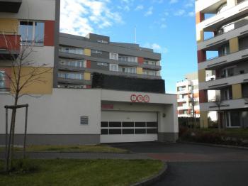 pohodlný vjezd - Pronájem garážového stání 15 m², Praha 5 - Zličín