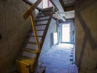 chodba v patře a přístup do podkroví (Prodej domu v osobním vlastnictví 513 m², Mšecké Žehrovice)