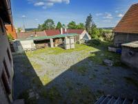 pohled na dvůr z terasy (Prodej domu v osobním vlastnictví 513 m², Mšecké Žehrovice)