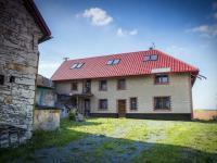 dům a nádvoří (Prodej domu v osobním vlastnictví 513 m², Mšecké Žehrovice)
