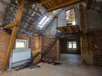 vstup do podkroví z loftové místnosti (Prodej domu v osobním vlastnictví 513 m², Mšecké Žehrovice)