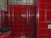 prostorný sprchový kout  (Prodej bytu 2+kk v osobním vlastnictví 69 m², Rakovník)