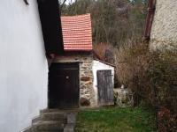 Za domem se nachází stodola (Prodej domu v osobním vlastnictví 110 m², Lubenec)