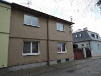 pohled na dům z ulice (Prodej domu v osobním vlastnictví 186 m², Kladno)
