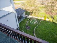 2 NP Pohled z terasy na zahradu - Prodej domu v osobním vlastnictví 150 m², Ledce