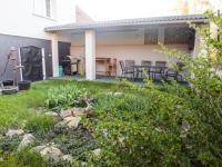 Posezení na zahradě - Prodej domu v osobním vlastnictví 150 m², Ledce