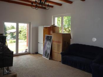Obývací pokoj tvoří jeden prostor - Prodej domu v osobním vlastnictví 90 m², Vráž