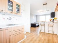 Obývací pokoj, pohled z kuchuňského koutu (Prodej bytu 3+kk v osobním vlastnictví 66 m², Praha 9 - Černý Most)