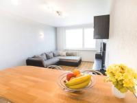 Obývací pokoj, pohled od barového pultu (Prodej bytu 3+kk v osobním vlastnictví 66 m², Praha 9 - Černý Most)