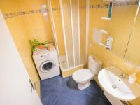 Koupelna (Prodej bytu 1+kk v osobním vlastnictví 35 m², Praha 9 - Letňany)