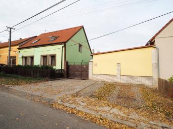 pohled na dům z ulice - Prodej domu v osobním vlastnictví 178 m², Jedomělice