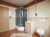 koupelna v patře - Prodej domu v osobním vlastnictví 178 m², Jedomělice