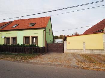 před domem je předzahrádka - Prodej domu v osobním vlastnictví 178 m², Jedomělice