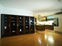 Obytná místnost - pohled na kuchyňskou část - Prodej bytu 4+kk v osobním vlastnictví 134 m², Praha 5 - Košíře