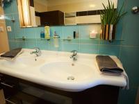 1.koupelna - detail umyvadla - Prodej bytu 4+kk v osobním vlastnictví 134 m², Praha 5 - Košíře