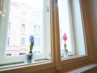 Výhled do ulice z obývacího pokoje (Prodej bytu 1+1 v družstevním vlastnictví 44 m², Praha 4 - Nusle)