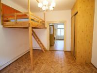 Průhled obývacím pokojem (Prodej bytu 1+1 v družstevním vlastnictví 44 m², Praha 4 - Nusle)