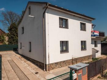 pohled na dům z ulice - Prodej domu v osobním vlastnictví 207 m², Ondřejov
