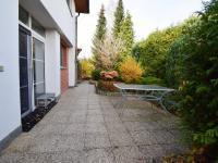 Posezení u domu, zadní vchod - Prodej domu v osobním vlastnictví 244 m², Praha 5 - Velká Chuchle
