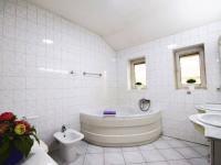 Koupelna ve 2.NP - Prodej domu v osobním vlastnictví 244 m², Praha 5 - Velká Chuchle