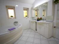 Koupelna ve 2. NP - Prodej domu v osobním vlastnictví 244 m², Praha 5 - Velká Chuchle