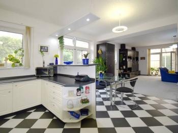 Pohled z kuchyně do jídelny - Prodej domu v osobním vlastnictví 244 m², Praha 5 - Velká Chuchle