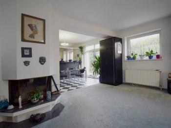 Obývací pokoj s krbem - Prodej domu v osobním vlastnictví 244 m², Praha 5 - Velká Chuchle