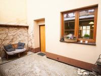 Dvůr s posezením - Prodej domu v osobním vlastnictví 184 m², Kladno