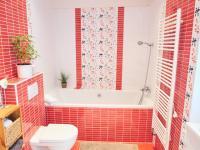 1.patro: Koupelna - Prodej domu v osobním vlastnictví 184 m², Kladno