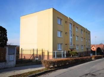 Pohled na dům - Prodej bytu 3+1 v osobním vlastnictví 70 m², Unhošť