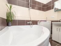 koupelna s wc a rohovou vano - Pronájem bytu 2+kk v osobním vlastnictví 41 m², Kladno