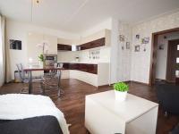 Obývací pokoj s kuchyňským koutem - Prodej bytu 3+kk v osobním vlastnictví 68 m², Slaný