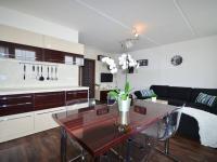 Kuchyňský kout s obývacím pokojem - Prodej bytu 3+kk v osobním vlastnictví 68 m², Slaný