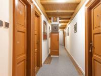 chodba mezi apartmány - Prodej penzionu 880 m², Vinařice