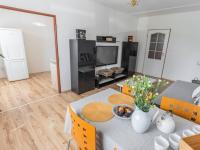 obývací pokoj - průhled do kuchyně - Prodej bytu 3+1 v osobním vlastnictví 69 m², Kladno