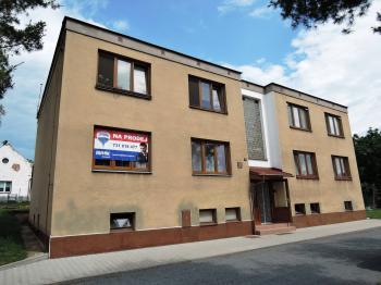 pohled na dům - Prodej bytu 3+1 v osobním vlastnictví 77 m², Hořešovice