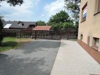 vjezd do oploceného areálu domu - Prodej bytu 3+1 v osobním vlastnictví 77 m², Hořešovice