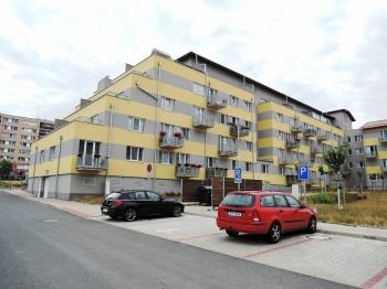 pohled na dům - Prodej bytu 2+kk v osobním vlastnictví 55 m², Kladno