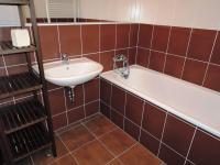 koupelna s vanou - Prodej bytu 2+kk v osobním vlastnictví 55 m², Kladno