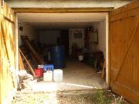 Do garáže se vejdou kola i auto. - Prodej chaty / chalupy 60 m², Roztoky