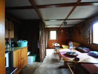 do hlavní obytné místnosti,  - Prodej chaty / chalupy 60 m², Roztoky