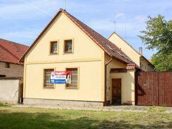 pohled z ulice - Prodej domu v osobním vlastnictví 168 m², Kněževes