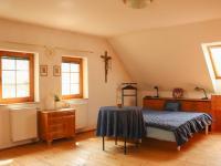 ložnice v podkroví - Prodej domu v osobním vlastnictví 168 m², Kněževes